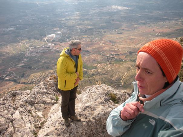 José y Mar en la cumbre del Benicadell (1.104 m), 29 de enero de 2011. Fotografía de José Vicente Sanz