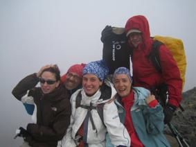 Montañeros en el Vértice de Anayet (2.559 m) consiguen vestir el vértice geodésico a pesar del mal tiempo. Pirineo de Huesca, 11/10/2009