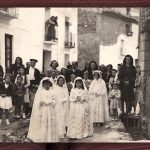 CELEBRACIÓN DE LA 1ª COMUNIÓN EN LOS AÑOS 40. ENTRE LAS NIÑAS DE BLANCO DOLORES FLOR. A LA IZQUIERDA CON CHAQUETA NEGRA Y FALDA BLANCA CONSUELO MACIÁN FLOR. FOTO DE FRANCISCO MIRAS