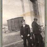 ESTACIÓN DE TORÁS SOBRE 1950. EN LA FOTO EL JEFE DE ESTACIÓN MIGUEL ALCAIDE PÉREZ Y UN GUARDAAGUJAS