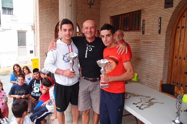Pareja ganadora del II Campeonato de Frontón DETORAS.ES con sus trofeos, entregados por el presidente de la Asociación
