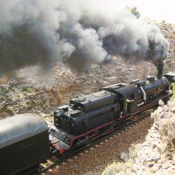 Tren del centenario atravesando las trincheras contiguas a los puentes de la Fuensanta. El tren se abre paso dirección Torás-Bejís. Fotografía de V. Gómez