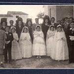 DÍA DE LA PRIMERA COMUNIÓN EN LA PLAZA DE LA IGLESIA, 20 DE MAYO DE 1951. FOTO DE FRANCISCO MIRAS