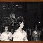 PROCESIÓN DEL CRISTO DE 1975. SE PUEDE OBSERVAR QUE LA CAMARERA Y LAS DAMAS DE HONOR IBAN VESTIDAS DE FALLERA. FOTO DE FRANCISCO MIRAS
