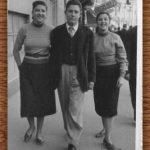 """AÑO 1955 EN VALENCIA. ISABEL Y PURA """"DE LA TÍA PURA"""" CON JOSÉ """"DE MATEA""""."""