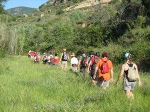 Los excursionistas cerca del río