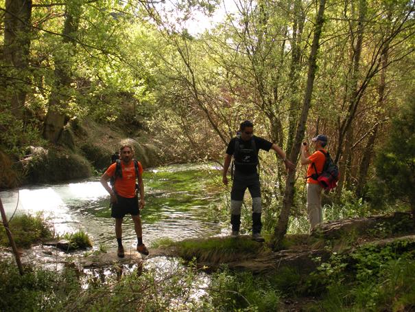 En el río, de izquierda a derecha los sherpas Pepe y David y el autor de esta crónica, José