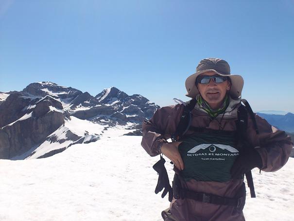Satur en la cumbre de La Torre, 3009 metros. Al fondo el Cilindro y el Monte Perdido