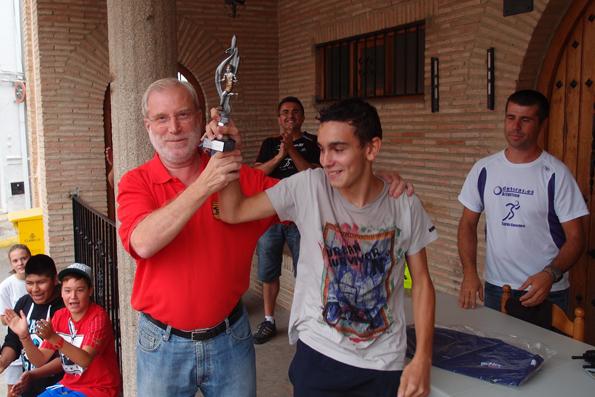 El alcalde Carlos del Río entrega el trofeo al campeón absoluto Victor Santos