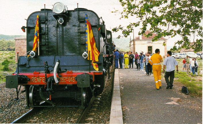 Estación abandonada de Torás, donde los trenes de vapor paraban para repostar agua. Se puede ver todavía la base que sustentaba el depósito de la toma de agua. Fotografía de M. Aroca