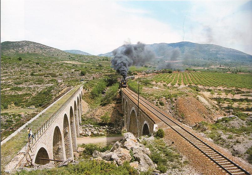 La vista es de los puentes de la Fuensanta, entre las estaciones de Caudiel y Masadas, el tren se abre camino hacia la estación de Torás. Foto de V. Gómez