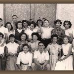 GRUPO DE AMIGOS Y AMIGAS EN LA PUERTA DE LA IGLESIA, AÑO 1956. FOTO DE FRANCISCO MIRAS